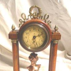 Relojes de carga manual: RELOJ SOBREMESA ART NOUVEAU, DESPERTADOR AÑOS 20, BRONCE Y MADERA. MED. 16 X 9 X 28 CM. Lote 202504036