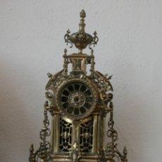 Relojes de carga manual: ESTRUCTURA REPRODUCION EN BRONCE MACIZO CON RELIEVES DE ANTIGUO RELOJ DE SOBREMESA - ALTURA 57 CM. Lote 203166245