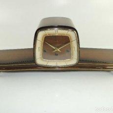 Relógios de carga manual: RELOJ ANTIGUO ALEMÁN DE CUERDA CHIMENEA MESA SOBREMESA MARCA HERMLE. Lote 204996972