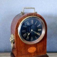 Relojes de carga manual: RELOJ DE MESA ANTIGUO CON DECORACIÓN DE MARQUETERÍA Y BRONCE.. Lote 206559017