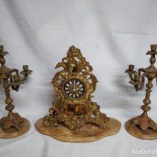 Relojes de carga manual: ANTIGUO JUEGO DE DOS CANDELABROS Y RELOJ FABRICADOS EN LATÓN CON BASE DE MÁRMOL.. Lote 210797425