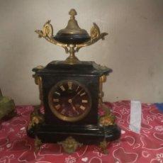 Relojes de carga manual: ANTIGUO RELOJ FRANCÉS MÁRMOL NEGRO Y DETALLES EN BRONCE SIGLO XIX. Lote 210843010
