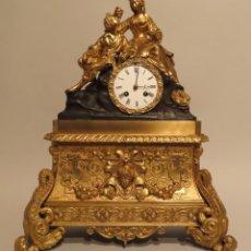 Relojes de carga manual: RELOJ DE SOBREMESA LOUIS PHILIPPE EN BRONCE DORADO ESCENA CORTESANA FRANCIA MEDIADOS DEL SIGLO XIX. Lote 221124215