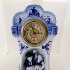 Relojes de carga manual: ANTIGUO RELOJ DE SOBREMESA, SOBRE CERAMICA DELFT, MOTIVOS HOLANDESES, FUNCIONA. Lote 212910461