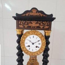 Relojes de carga manual: RELOJ PÓRTICO ANTIGUO CASI A ESTRENAR DETALLES DE MARQUETERÍA Y BRONCE AL MERCURIO ORO FINO FUNCIONA. Lote 213823906