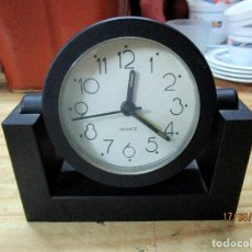 Relojes de carga manual: RELOJ NEGRO DE SOBREMESA. FUNCIONA. VINTAGE. Lote 214950758