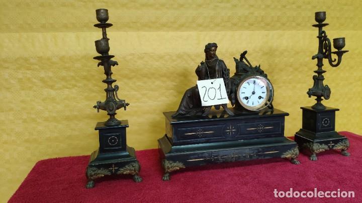 GUARNICIÓN DE RELOJ Y DOS CANDELABROS CUATRO LUCES SIGLO XIX, 6000-201 (Relojes - Sobremesa Carga Manual)