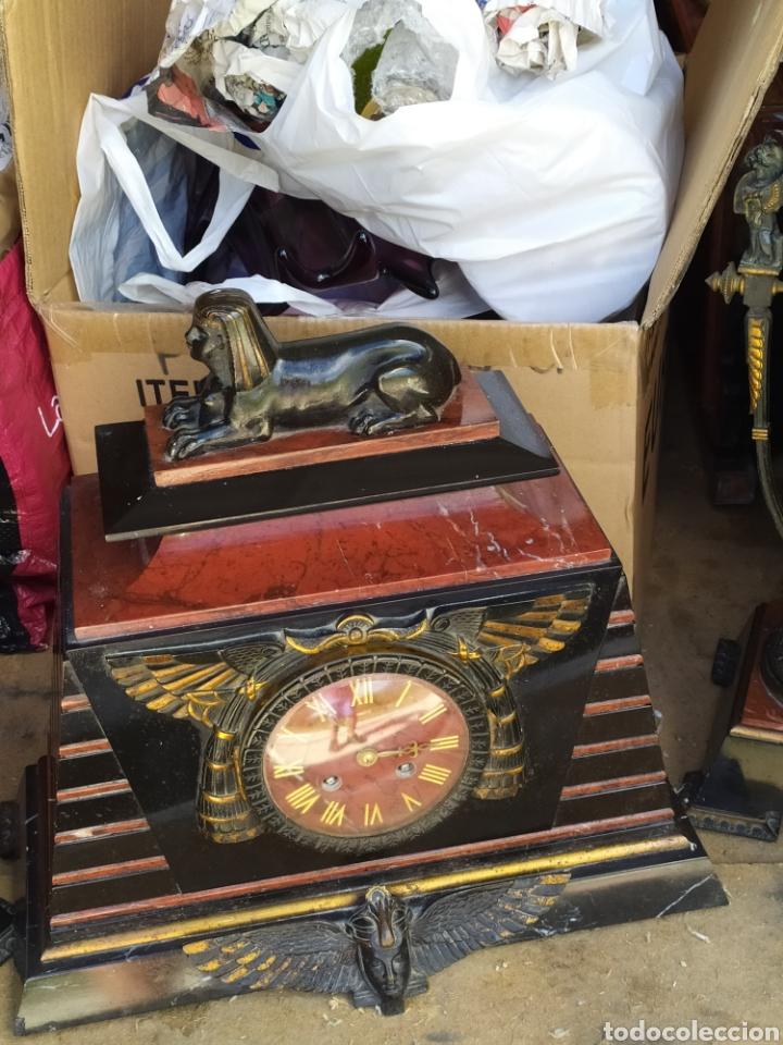 Relojes de carga manual: Impresionante reloj bronce y mármol motivo egipcio (Francia) circa 1820 con jarrones - Foto 2 - 217910065