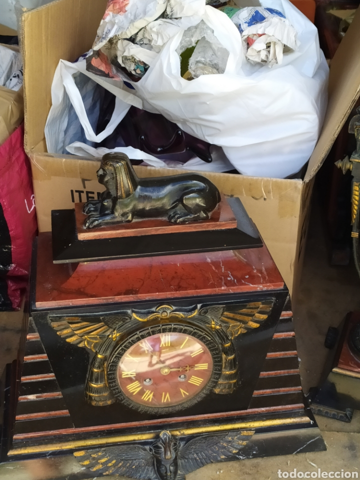Relojes de carga manual: Impresionante reloj bronce y mármol motivo egipcio (Francia) circa 1820 con jarrones - Foto 3 - 217910065
