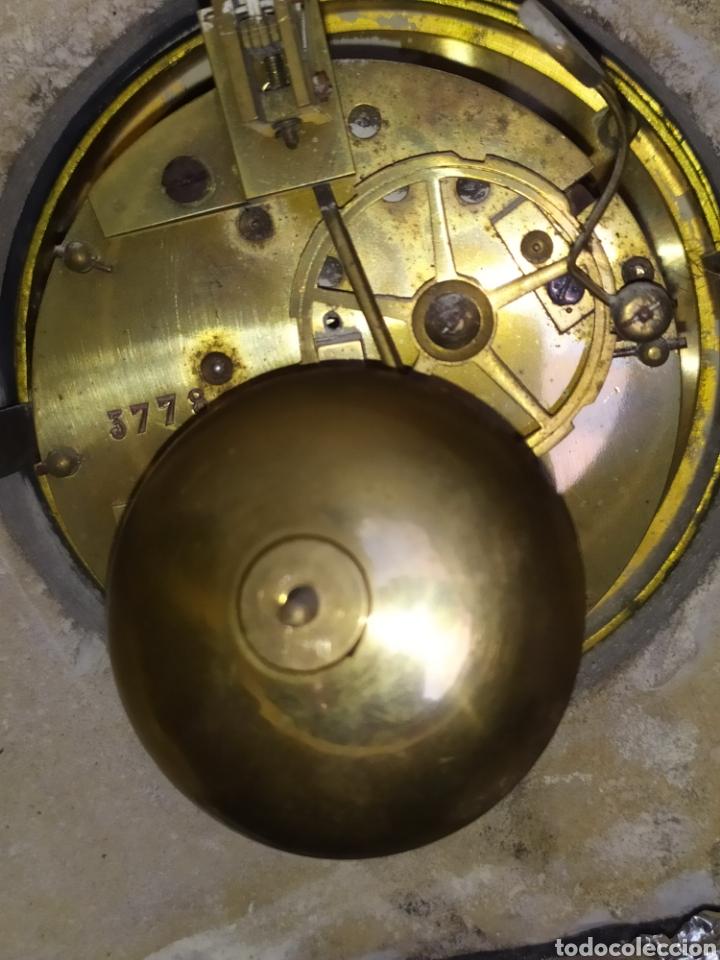 Relojes de carga manual: Impresionante reloj bronce y mármol motivo egipcio (Francia) circa 1820 con jarrones - Foto 13 - 217910065