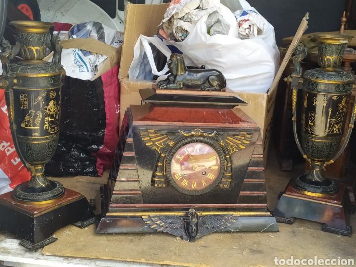 IMPRESIONANTE RELOJ BRONCE Y MÁRMOL MOTIVO EGIPCIO (FRANCIA) CIRCA 1820 CON JARRONES (Relojes - Sobremesa Carga Manual)