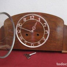 Relojes de carga manual: RELOJ MECÁNICO ANTIGUO ALEMÁN CHIMENEA MESA SOBREMESA FUNCIONA DA SUS CAMPANADAS AÑOS 1930 A 1940. Lote 218029782