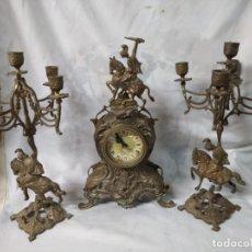 Orologi di carica manuale: JUEGO DE DOS CANDELABROS Y RELOJ FABRICADOS EN LATÓN.. Lote 218987008