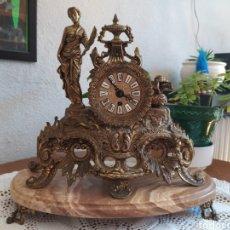 Orologi di carica manuale: RELOJ DE BRONCE Y MÁRMOL CON CANDELABROS. Lote 219447371