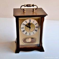 Relógios de carga manual: RELOJ MECANICO DE CUERDA SOBREMESA CON PENDULO - 17.CM ALTO CAJA DE MADERA Y CRISTAL. Lote 220755540