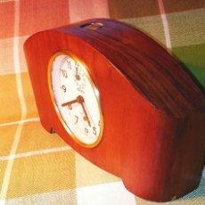 Relojes de carga manual: ANTIGUO RELOJ DE SOBREMESA. ZEUS. AÑOS 50. FUNCIONANDO. ARMAZON DE MADERA. DESCRIPCION Y FOTOS.. Lote 221751498