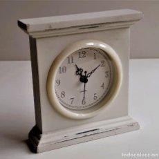 Orologi di carica manuale: RELOJ A PILA DE RESINA - 14 X 13.CM. Lote 241951140
