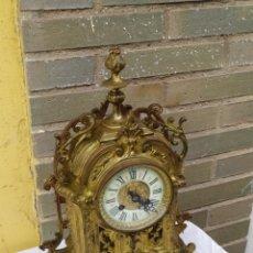 Relojes de carga manual: RARO RELOJ FRANCÉS EN BRONCE MUY DETALLADO CON CARA CIRCA 1830. Lote 222168747