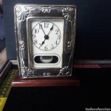 Orologi di carica manuale: RELOJ DE SOBREMESA CON PENDULO EN MADERA Y PLATA DE 925.PENDULO Y RELOJ FUNCIONAN A PILA.. Lote 229082095