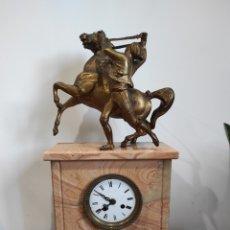 Relojes de carga manual: ANTIGUO RELOJ DE SOBREMESA, CON ESCULTURA DE BRONCE. GRAN TAMAÑO 53CM. LEER DESCRIPCIÓN. Lote 230872025