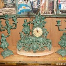 Relojes de carga manual: RELOJ CON DOS CANDELABROS DE BRONCE DE 5 VELAS. Lote 233149095