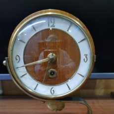 Orologi di carica manuale: ELEGANTE Y MUY BONITO RELOJ DE MESA DE DESPACHO CON PÉNDULO, ES DE LOS AÑOS 50 TIENE SU LLAVE.. Lote 235469095