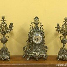 Relojes de carga manual: BONITO CONJUNTO NAPOLEÓN III IMPERIO, PAREJA CANDELABROS Y RELOJ DE BRONCE.. Lote 235598595