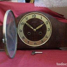 Relojes de carga manual: RELOJ MECÁNICO ANTIGUO ALEMÁN CHIMENEA MESA SOBREMESA FUNCIONA SIN LAS CAMPANADAS AÑOS 1930 A 1940. Lote 236614100