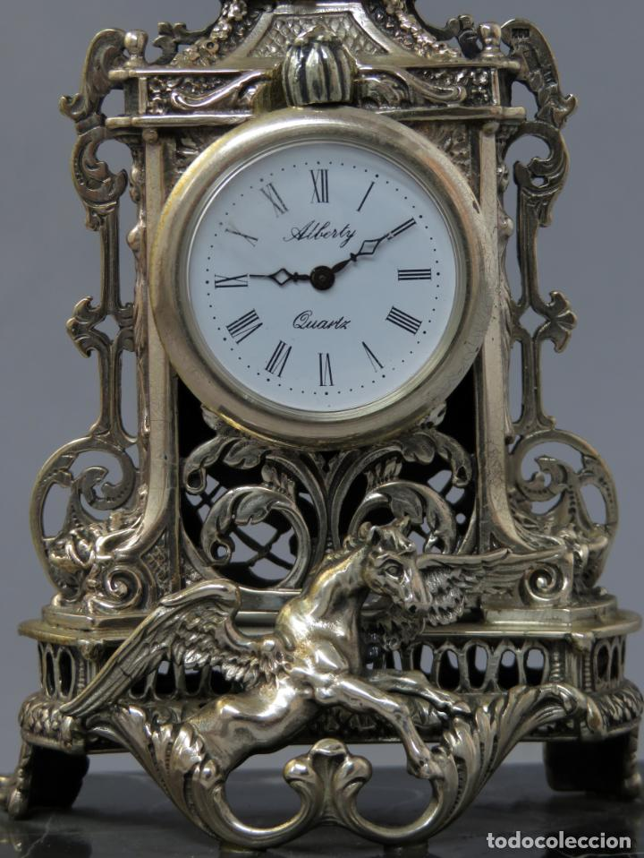 Relojes de carga manual: Reloj de plata de la casa Alberty con base de mármol negro pisapapeles siglo XX - Foto 2 - 237676635