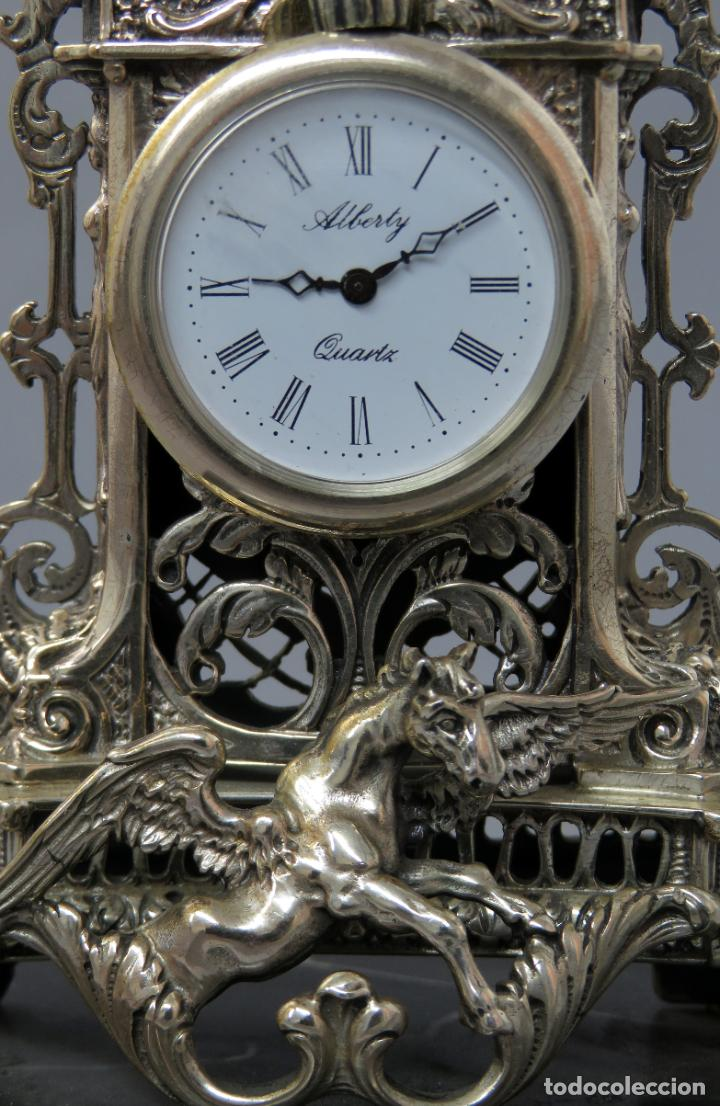 Relojes de carga manual: Reloj de plata de la casa Alberty con base de mármol negro pisapapeles siglo XX - Foto 4 - 237676635