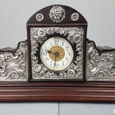 Relojes de carga manual: RELOJ DE MADERA PALOSANTO Y PLATA DE SOBREMESA DE CARGA MANUAL. S.XIX. MEDIDAS 23 X 12.5 X 6 CM. APR. Lote 239902180