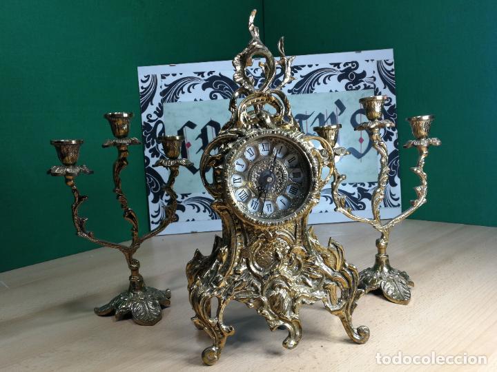 Relojes de carga manual: Bello conjunto de reloj de bronce y dos candelabros de bronce, maquinaria nueva puesta hace 1 año - Foto 2 - 242426990