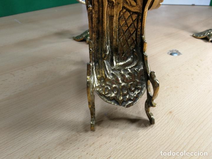 Relojes de carga manual: Bello conjunto de reloj de bronce y dos candelabros de bronce, maquinaria nueva puesta hace 1 año - Foto 15 - 242426990