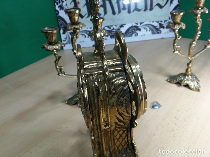 Relojes de carga manual: Bello conjunto de reloj de bronce y dos candelabros de bronce, maquinaria nueva puesta hace 1 año - Foto 16 - 242426990