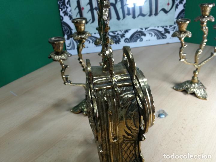 Relojes de carga manual: Bello conjunto de reloj de bronce y dos candelabros de bronce, maquinaria nueva puesta hace 1 año - Foto 17 - 242426990