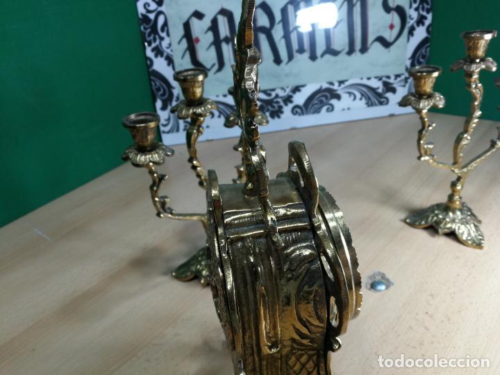Relojes de carga manual: Bello conjunto de reloj de bronce y dos candelabros de bronce, maquinaria nueva puesta hace 1 año - Foto 18 - 242426990