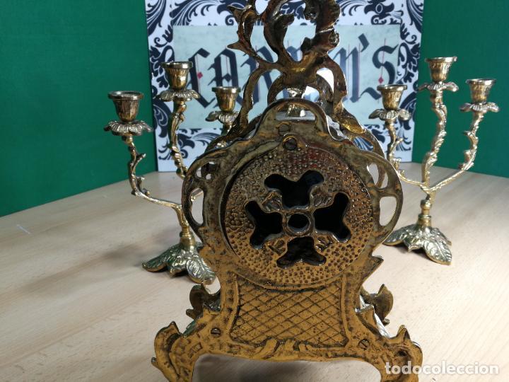 Relojes de carga manual: Bello conjunto de reloj de bronce y dos candelabros de bronce, maquinaria nueva puesta hace 1 año - Foto 21 - 242426990