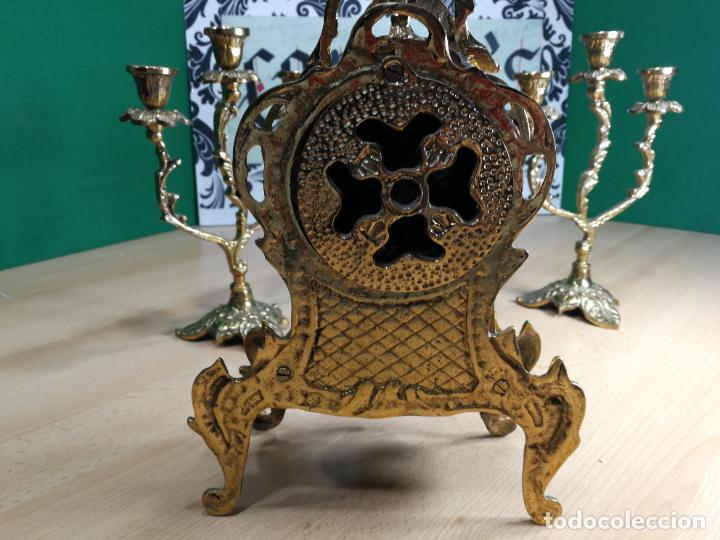 Relojes de carga manual: Bello conjunto de reloj de bronce y dos candelabros de bronce, maquinaria nueva puesta hace 1 año - Foto 22 - 242426990