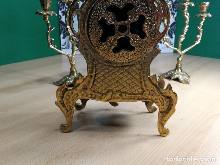 Relojes de carga manual: Bello conjunto de reloj de bronce y dos candelabros de bronce, maquinaria nueva puesta hace 1 año - Foto 23 - 242426990