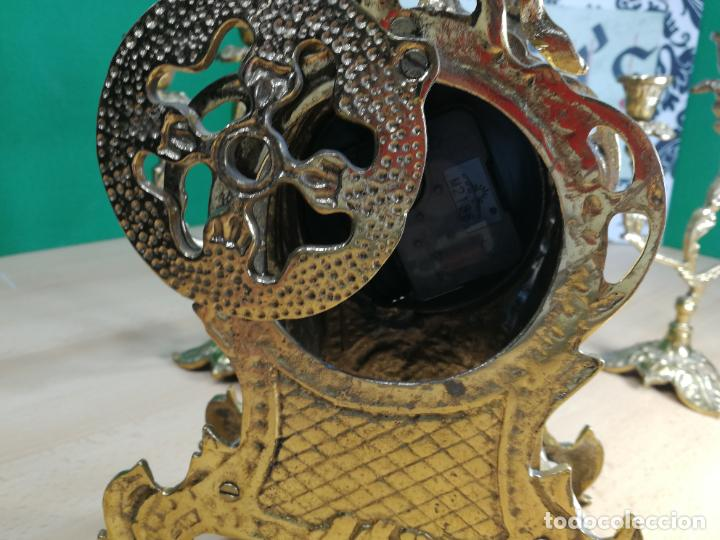 Relojes de carga manual: Bello conjunto de reloj de bronce y dos candelabros de bronce, maquinaria nueva puesta hace 1 año - Foto 24 - 242426990