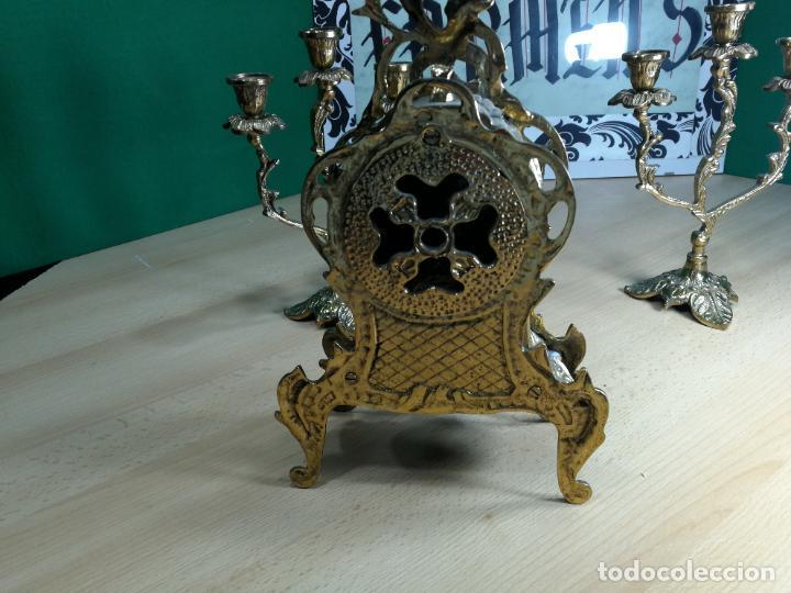 Relojes de carga manual: Bello conjunto de reloj de bronce y dos candelabros de bronce, maquinaria nueva puesta hace 1 año - Foto 27 - 242426990