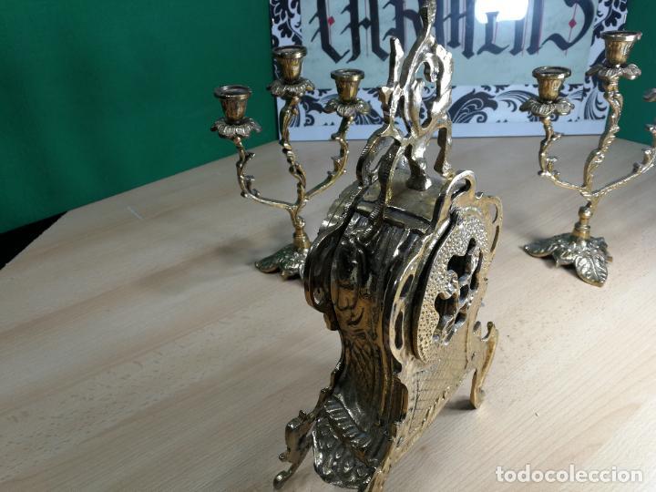 Relojes de carga manual: Bello conjunto de reloj de bronce y dos candelabros de bronce, maquinaria nueva puesta hace 1 año - Foto 34 - 242426990