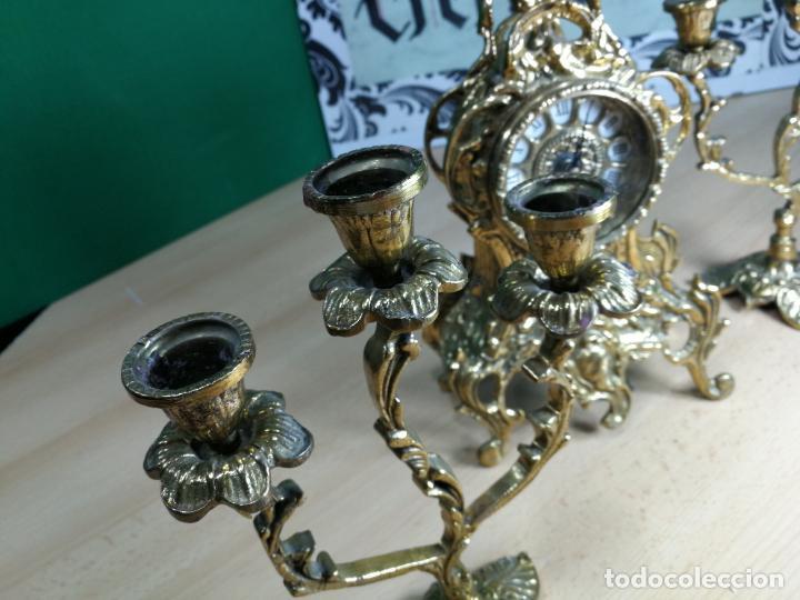 Relojes de carga manual: Bello conjunto de reloj de bronce y dos candelabros de bronce, maquinaria nueva puesta hace 1 año - Foto 49 - 242426990