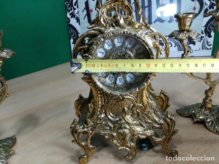 Relojes de carga manual: Bello conjunto de reloj de bronce y dos candelabros de bronce, maquinaria nueva puesta hace 1 año - Foto 58 - 242426990