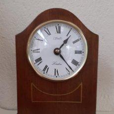 Relojes de carga manual: RELOJ DE MADERA DE SOBREMESA QUARTZ (PILA) NO FUNCIONA SE LE HA ROTO LA CHAPA DEL POSITIVO. Lote 244992090