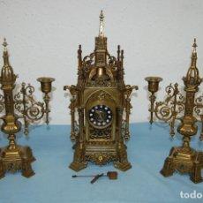 Relojes de carga manual: RELOJ DE BRONE CON CANDELABROS NEOGOTICO. Lote 245638105