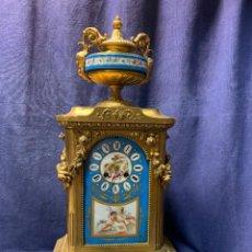 Relojes de carga manual: RELOJ FRANCES PLACAS PORCELANA AZUL SEVRES ANGELES CUPIDOS PINTADO MANO CALAMINA DORADA 53X26CMS. Lote 246275665