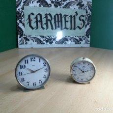 Relojes de carga manual: DOS PRECIOSOS RELOJES DE MESA DESPERTADORES ANTIGUOS DE CUERDA, MUY BELLOS. Lote 246897180