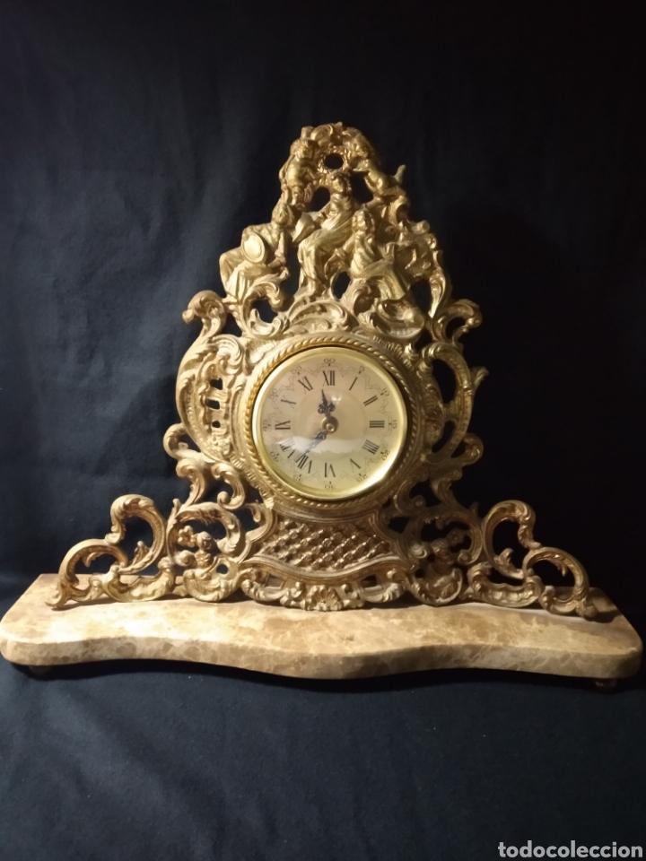 RELOJ DE SOBRE MESA ,BASE DE MÁRMOL Y BRONCE ,NUMERACIÓN ROMANA , (Relojes - Sobremesa Carga Manual)