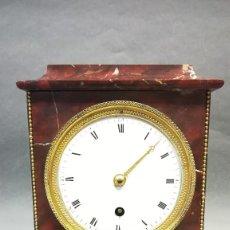 Relojes de carga manual: RELOJ DE CHIMENEA DE MÁRMOL ROJO RELOJ IMPERIO SIGLO XIX CON PENDULO. Lote 252133715